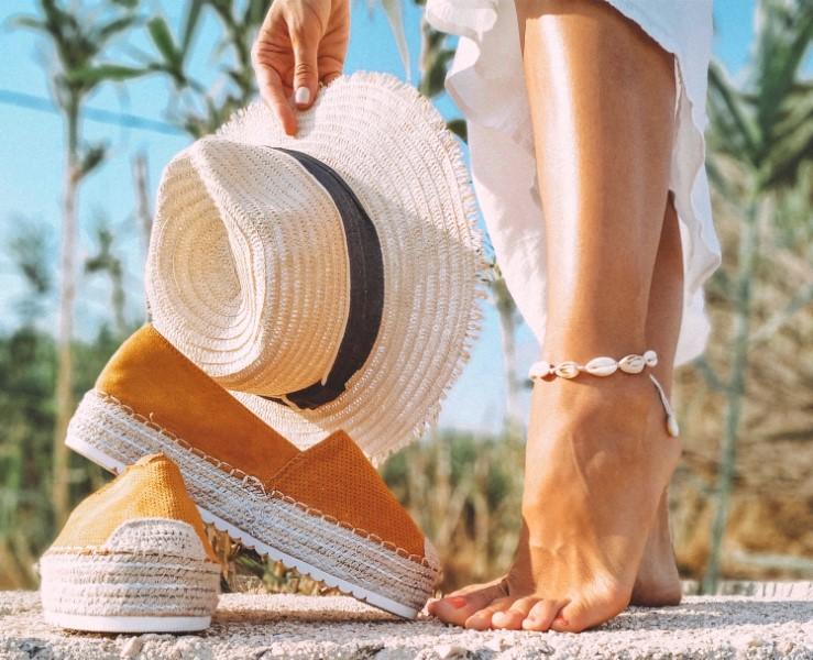 Ženska obutev espadrile so zasnovane zelo preproste
